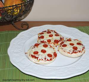how to make a pizza bagel in microwave