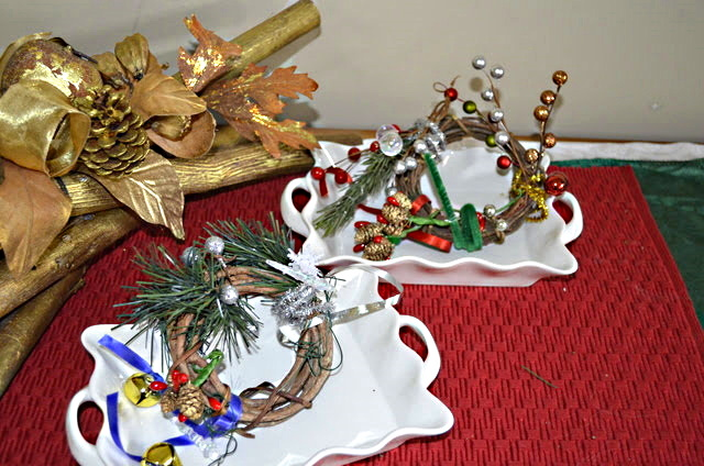 Make these Christmas wreaths that can decorate a door handle or put on a tree.