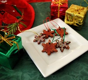 Cinnamon pieces to tie on gifts.