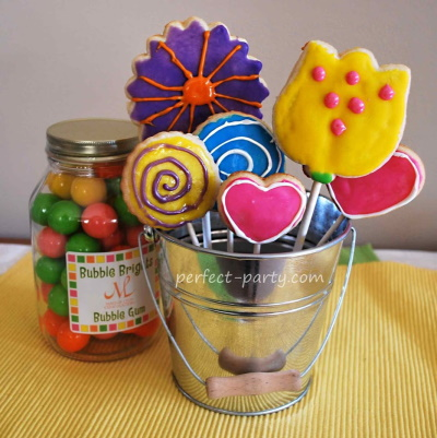 Make these cute sugar cookies with icing into a bouquet for any occasion.